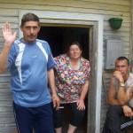 kaks komi meest ja üks naine majauksel