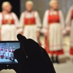 Komimaa lõunaosast pärit folklooriansambel Tšernõši tšipsanistid.