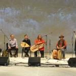Ungari ansambel Szigony esitab traditsioonitruult Rumeenias elavate ungari etniliste rühmade – Gyimesi ja Moldva csángó'de rahvamuusikat.
