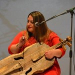 Lauljanna Gabriella Tintér mängib rütmikeelpilli gardony.