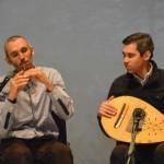 Ansambli asutaja Szigony Róbert Kerény näppude alt kostuvad vilepillide (furulya, kaval, tilinkó) helid. Krisztián Kissi instrument on lautotaoline ungari rahvapill koboz.