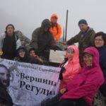 Etnograafid kinnitasid Uuralites Reguly mäe tippu Antal Reguly mälestustahvli