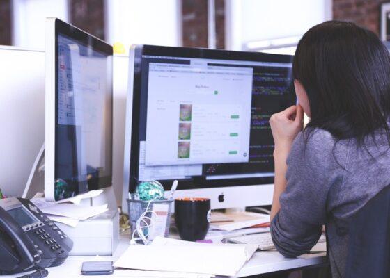 naine vaatab arvuteid