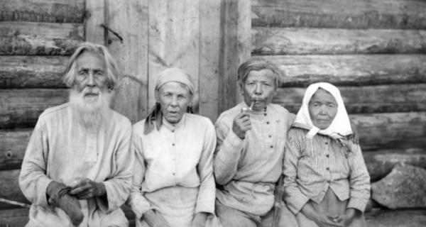 Pjankova küla 1925. Kamassi perekond Saltygakovid tädi Daria metsmaasikavälu juures. / СМДО КубГУ