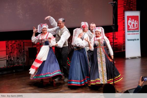 Rahvariides mehed ja naised tantsivad