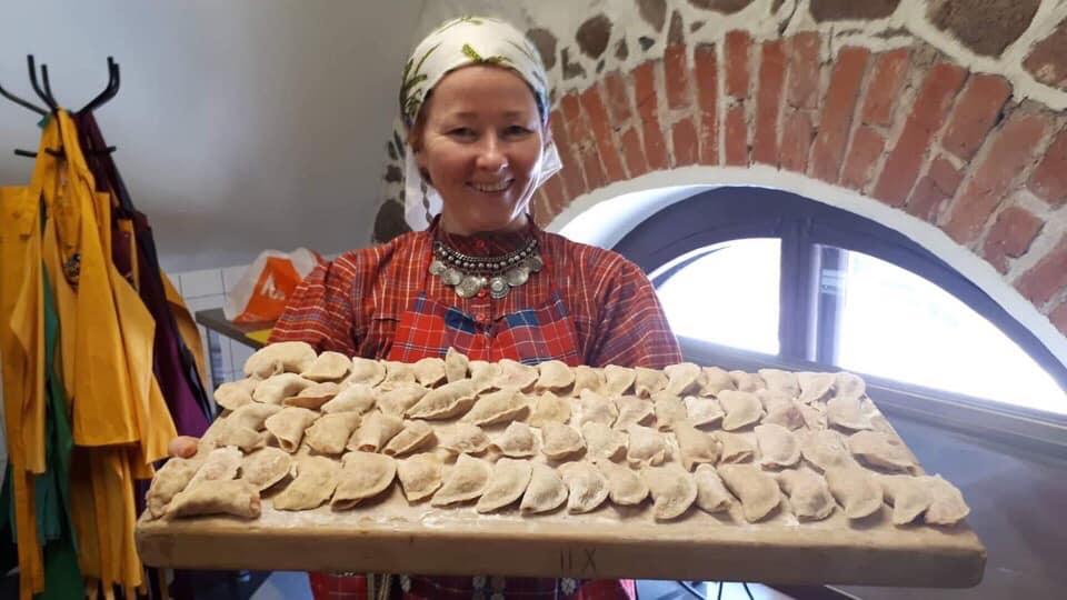 naine, käsitsi valmistatud pelmeenid
