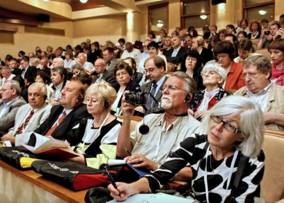 inimesed istuvad saalis, publik, kuulab