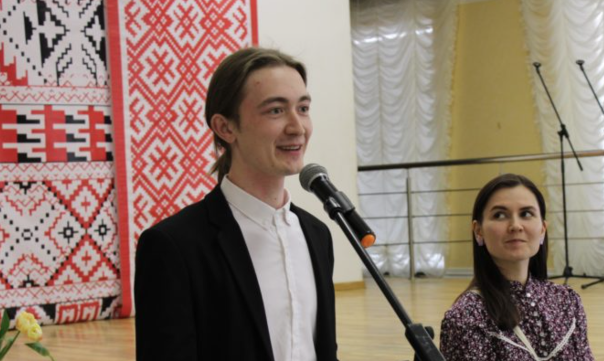 noormees, räägib, mikrofon
