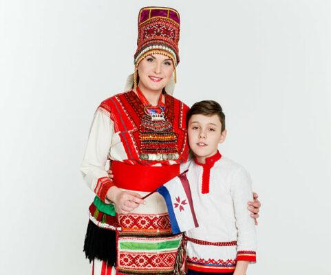 rahvarõivais Natalia koos pojaga