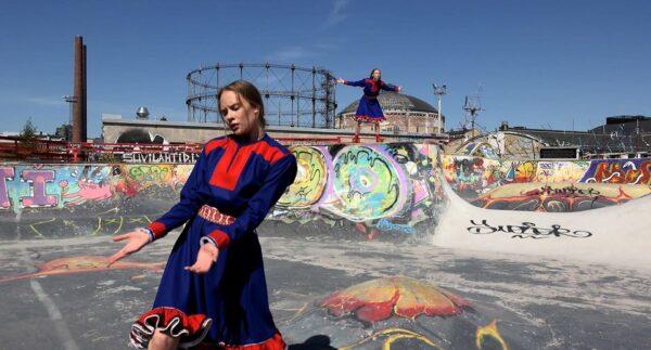 saami rahvariietes tüdruk tantsib kaljudel